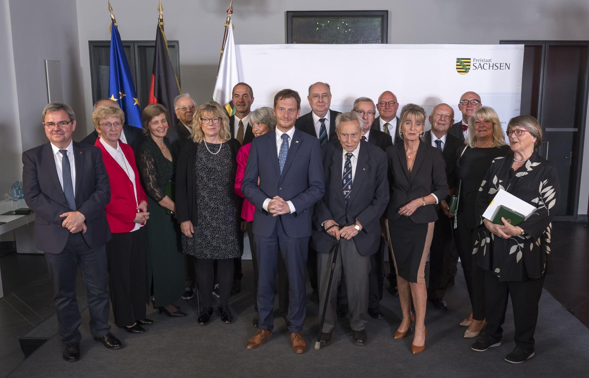 Prof. em. Dr. Felix Kolmer rechts neben Michael Kretschmer, dem Ministerpräsidenten des Freistaates Sachsen